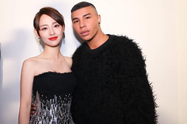 Không hổ danh là mỹ nhân đẹp nhất Diên Hi, Trương Gia Nghê hút mọi ánh nhìn tại Tuần lễ thời trang Paris - Ảnh 4.