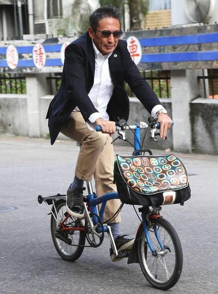 Chuyện thật như đùa: Nam diễn viên Bao Thanh Thiên tươi rói đạp xe tới dự phiên tòa vì tội danh cưỡng dâm - Ảnh 2.