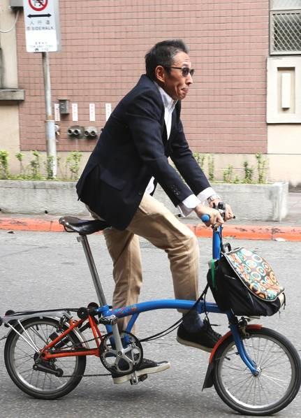 Chuyện thật như đùa: Nam diễn viên Bao Thanh Thiên tươi rói đạp xe tới dự phiên tòa vì tội danh cưỡng dâm - Ảnh 3.