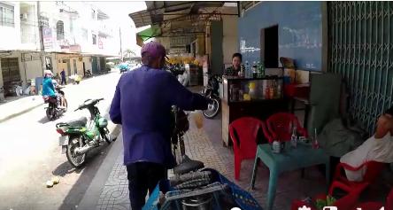 Ông cụ 83 tuổi lưng còng, rong ruổi đạp xe hơn 20km đi bán chuối để kiếm tiền nuôi vợ khiến nhiều người nhói lòng - Ảnh 4.