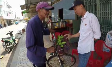 Ông cụ 83 tuổi lưng còng, rong ruổi đạp xe hơn 20km đi bán chuối để kiếm tiền nuôi vợ khiến nhiều người nhói lòng - Ảnh 3.
