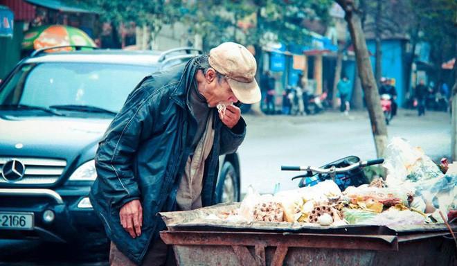 Nỗi ám ảnh suốt 9 năm của tác giả bức ảnh: Cụ ông bới xe rác tìm đồ ăn - Ảnh 1.
