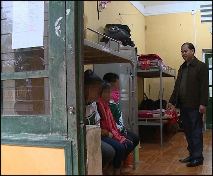 Ông hiệu trưởng Đinh Bằng My trong phòng của các em học sinh nội trú huyện Thanh Sơn, Phú Thọ