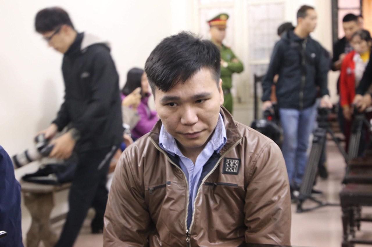 Ca sĩ Châu Việt Cường chắp tay trên ngực vái, xin lỗi mẹ cô gái mà mình nhét tỏi vào miệng dẫn đến tử vong - Ảnh 1.
