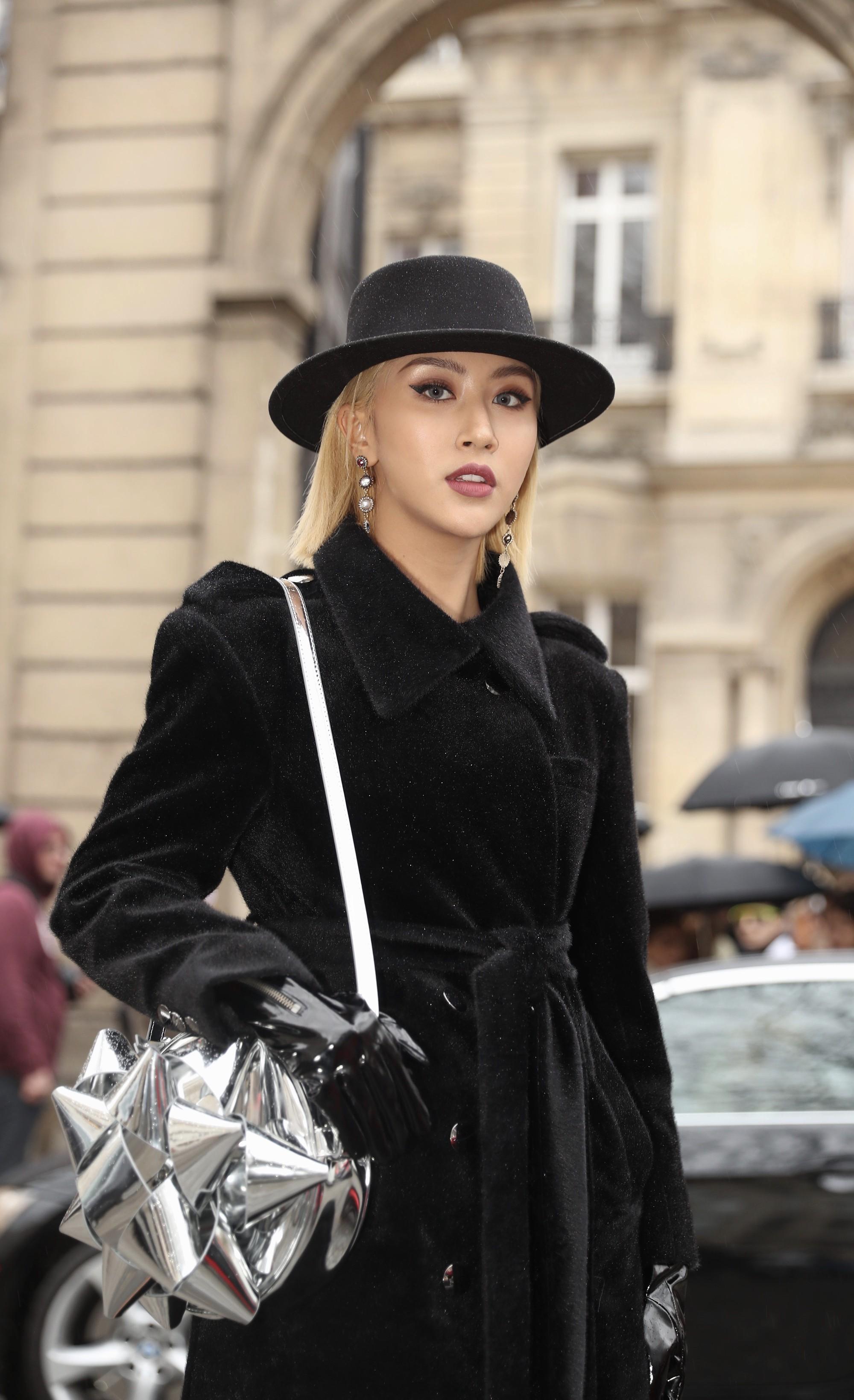 Xét khoản mặc dị tại Paris Fashion Week mùa này, Quỳnh Anh Shyn mà nhận hạng 2 chắc không ai dám làm số 1 - Ảnh 3.