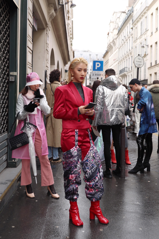Xét khoản mặc dị tại Paris Fashion Week mùa này, Quỳnh Anh Shyn mà nhận hạng 2 chắc không ai dám làm số 1 - Ảnh 1.