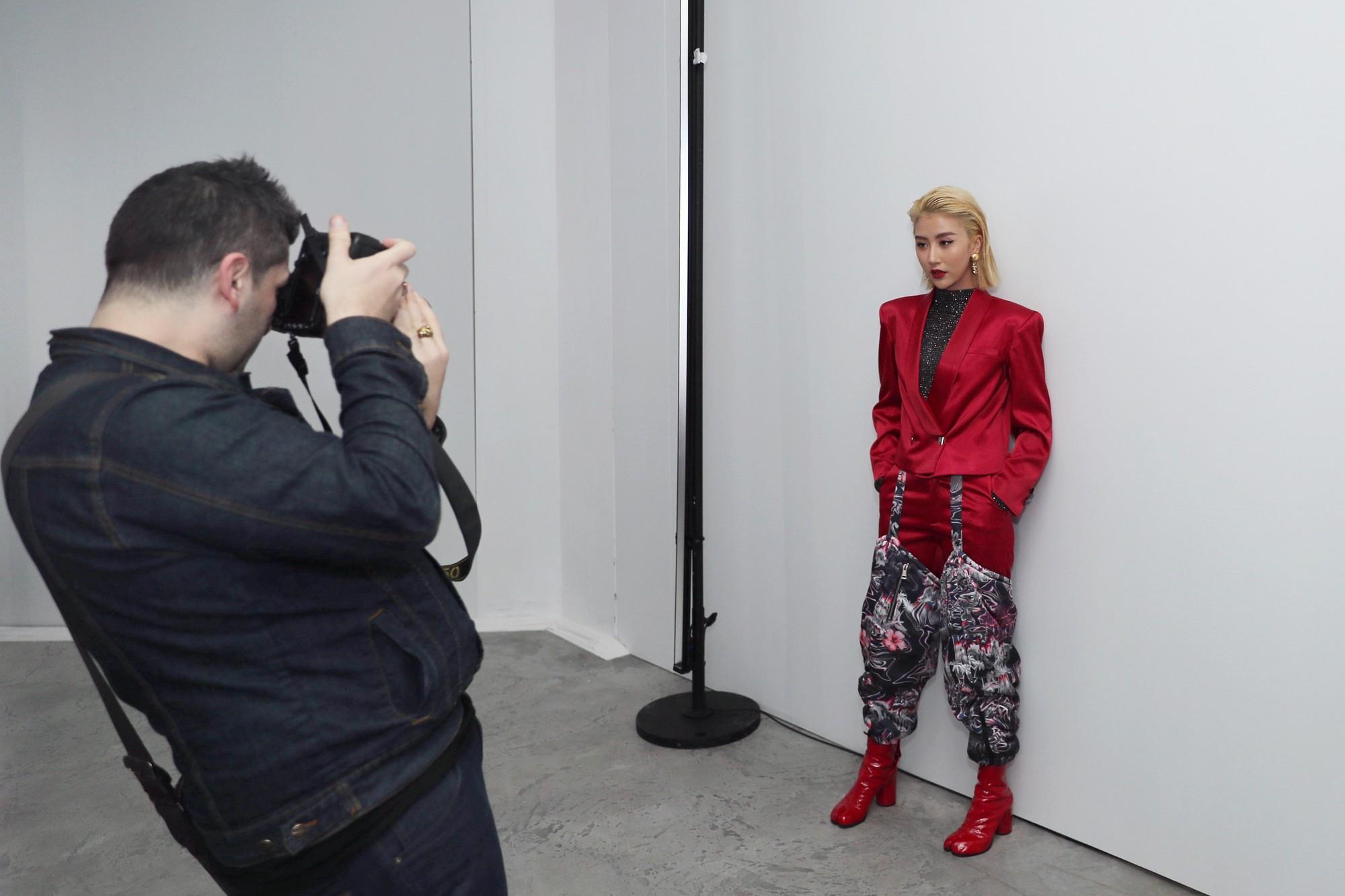 Xét khoản mặc dị tại Paris Fashion Week mùa này, Quỳnh Anh Shyn mà nhận hạng 2 chắc không ai dám làm số 1 - Ảnh 2.