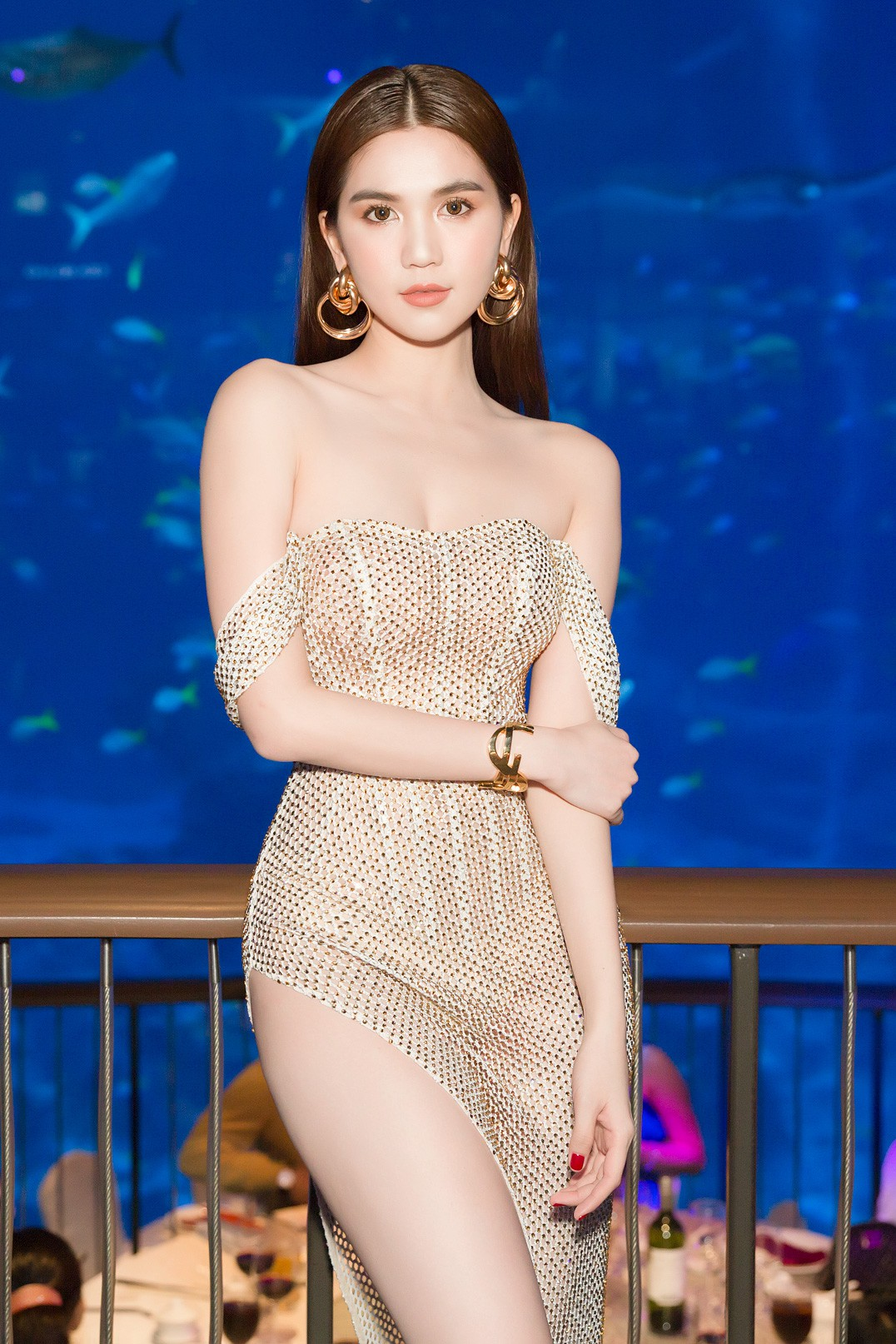 Ngọc Trinh diện váy hở bạo khoe chân dài miên man, chặt đẹp hội chị em tại sự kiện - Ảnh 2.