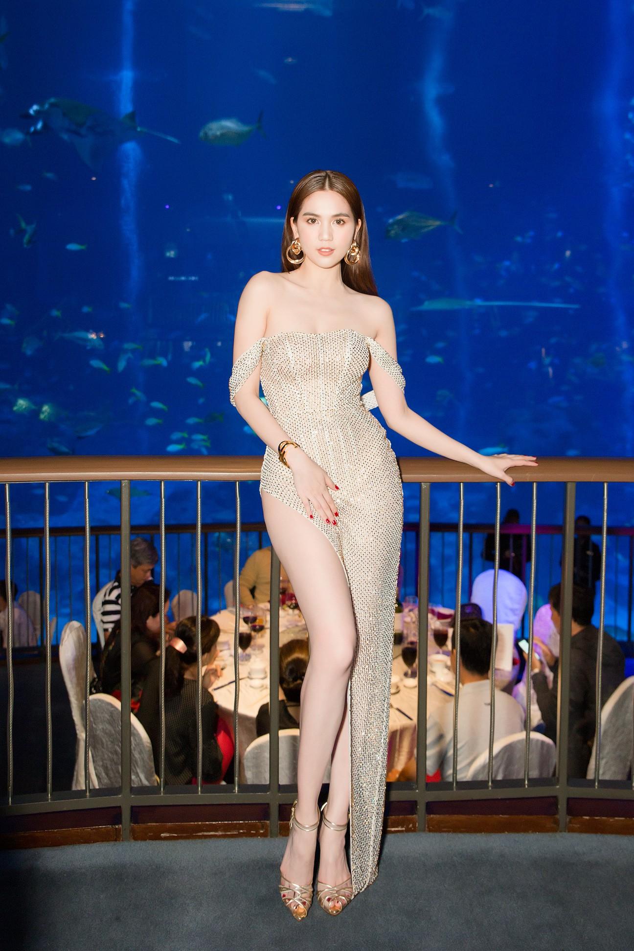 Ngọc Trinh diện váy hở bạo khoe chân dài miên man, chặt đẹp hội chị em tại sự kiện - Ảnh 1.