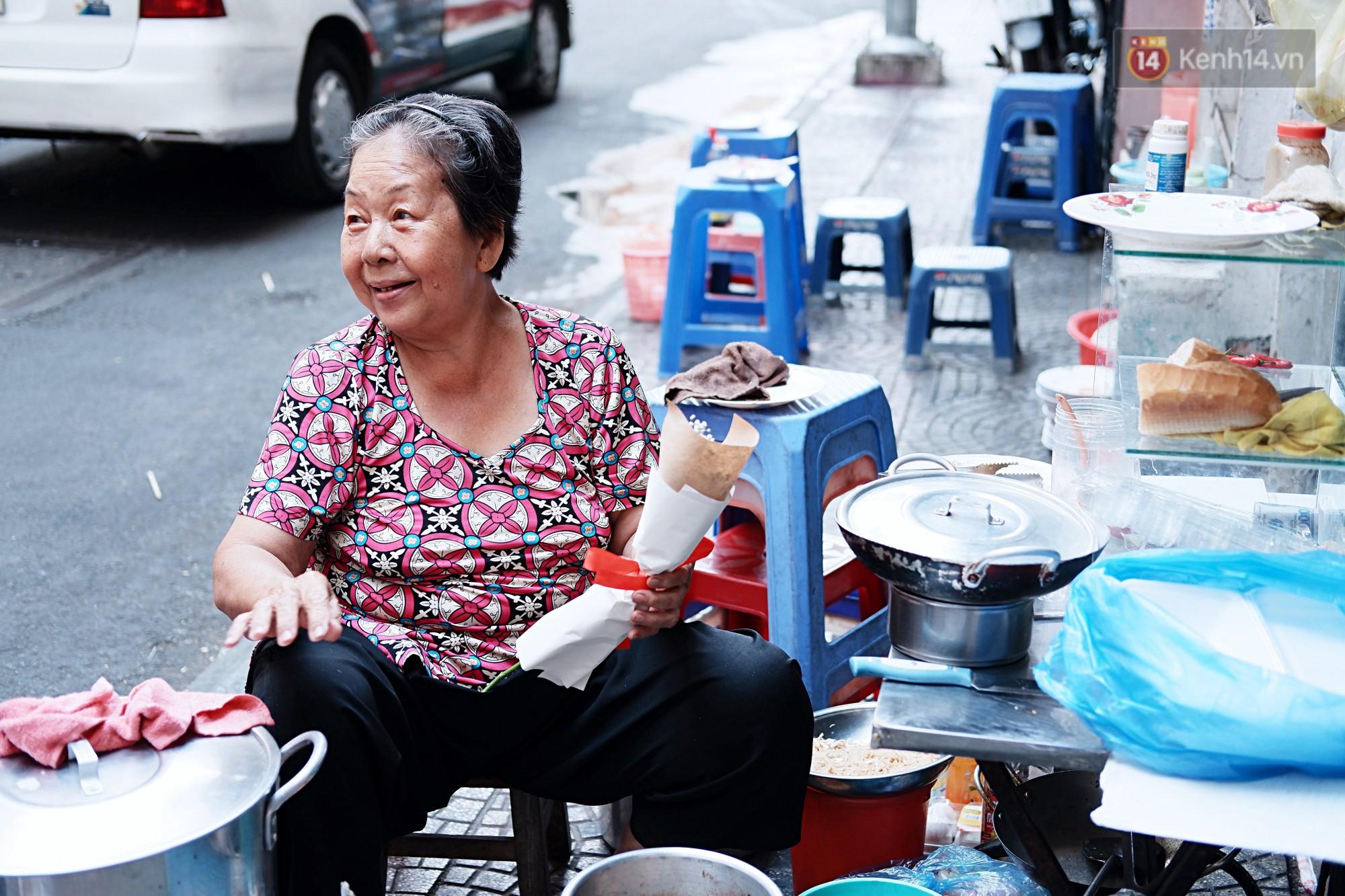 Nụ cười và giọt nước mắt của những người phụ nữ lam lũ trên đường phố Sài Gòn khi được tặng hoa 8/3 - Ảnh 2.
