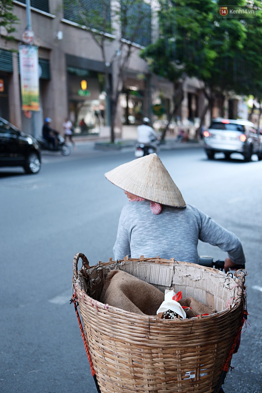 Nụ cười và giọt nước mắt của những người phụ nữ lam lũ trên đường phố Sài Gòn khi được tặng hoa 8/3 - Ảnh 9.