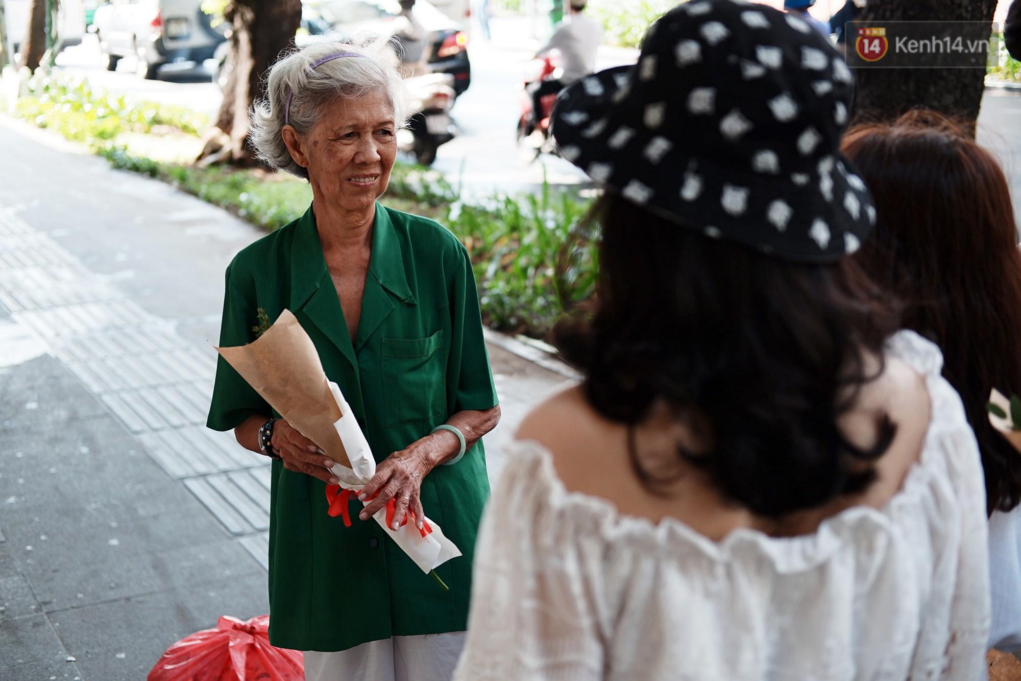 Nụ cười và giọt nước mắt của những người phụ nữ lam lũ trên đường phố Sài Gòn khi được tặng hoa 8/3 - Ảnh 5.