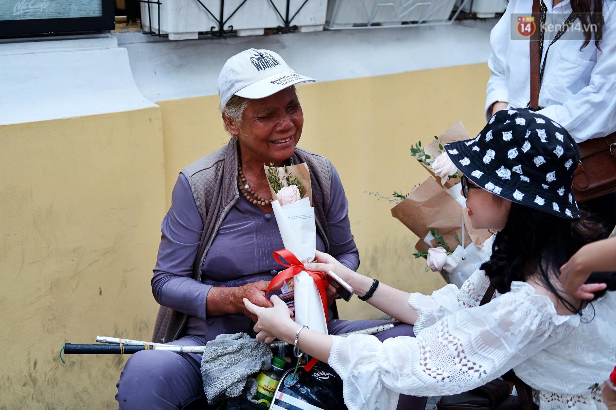 Nụ cười và giọt nước mắt của những người phụ nữ lam lũ trên đường phố Sài Gòn khi được tặng hoa 8/3 - Ảnh 8.
