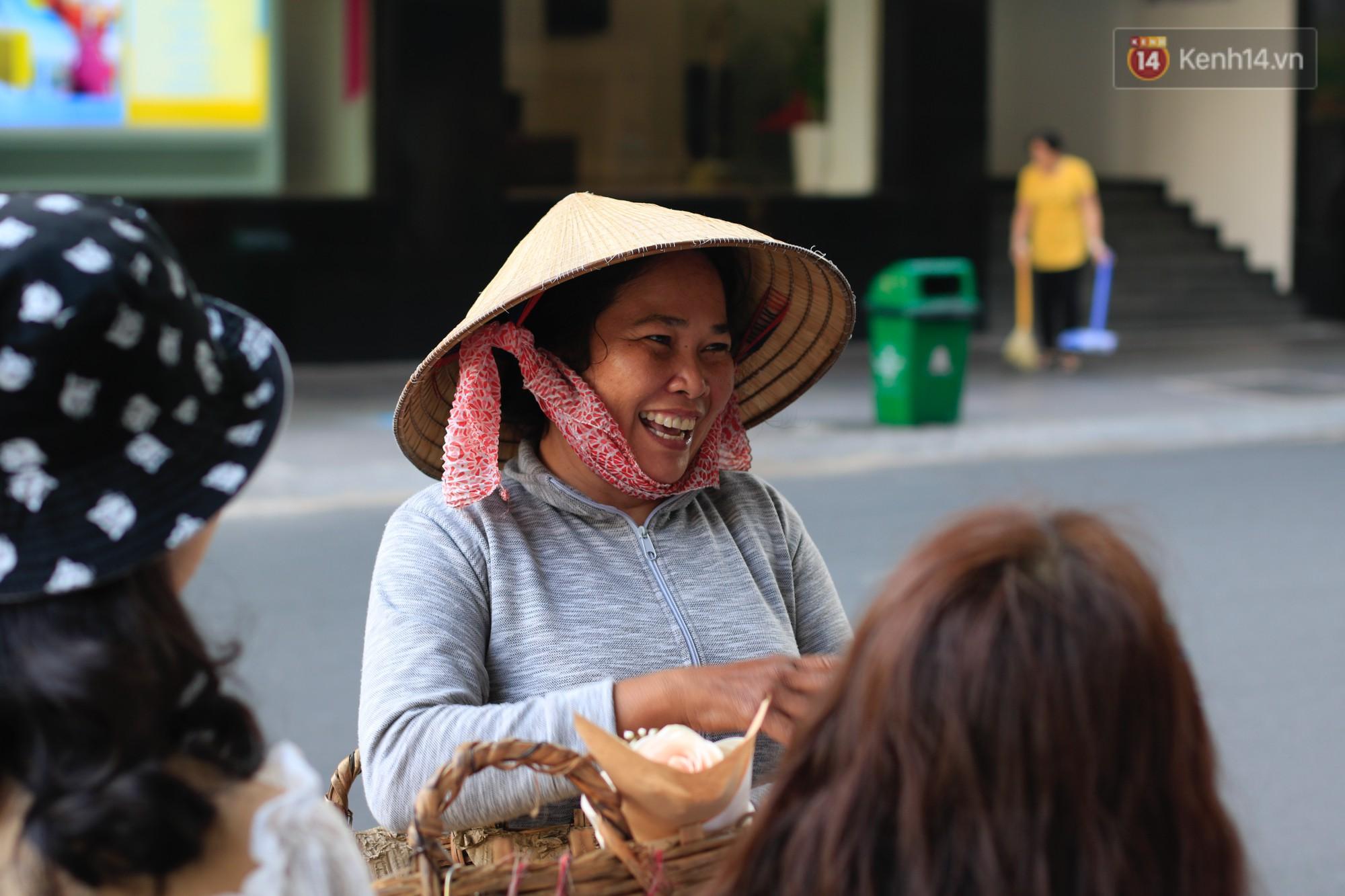 Nụ cười và giọt nước mắt của những người phụ nữ lam lũ trên đường phố Sài Gòn khi được tặng hoa 8/3 - Ảnh 6.