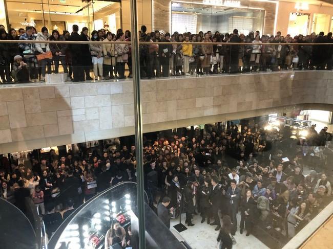 Choáng với cảnh tượng mợ chảnh dự sự kiện: Bà hoàng sải bước giữa khu trung tâm thương mại đông nghịt fan - Ảnh 2.