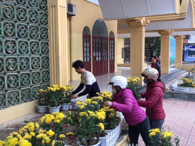 Phản cảm cảnh tranh cướp hoa trang trí ở ga Đồng Đăng - Ảnh 4.