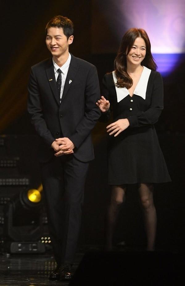 Ngọt ngào như Song Song giữa tâm bão: Song Joong Ki vội về nhà gặp Song Hye Kyo để mừng ngày 8/3? - Ảnh 4.