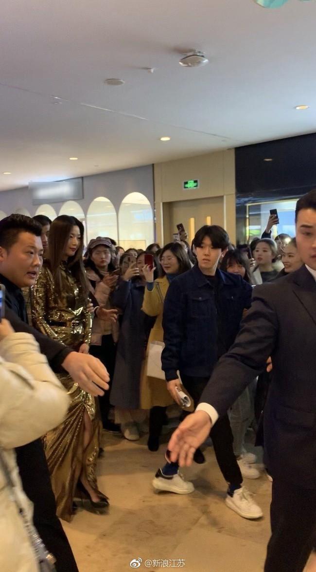 Choáng với cảnh tượng mợ chảnh dự sự kiện: Bà hoàng sải bước giữa khu trung tâm thương mại đông nghịt fan - Ảnh 3.