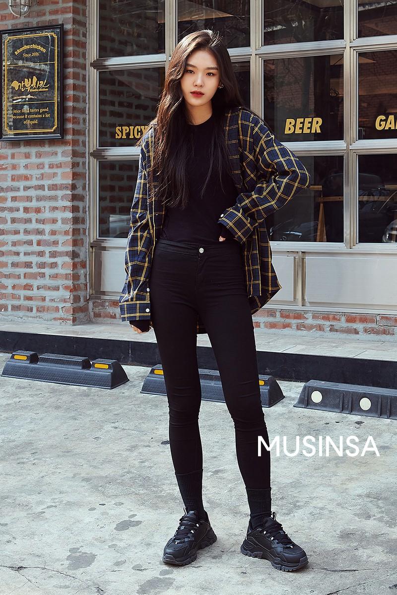 Street style giới trẻ Hàn tuần qua toàn những công thức đẹp thôi rồi mà bạn sẽ muốn diện ngay cho ngày se lạnh tại miền Bắc lúc này - Ảnh 1.