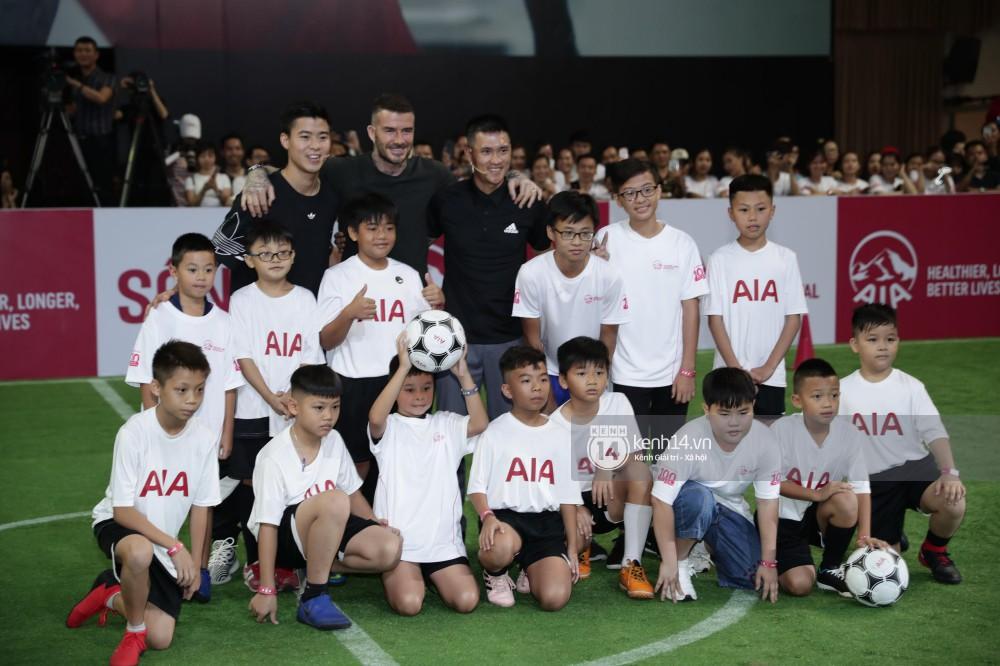 Cập nhật sự kiện có mặt David Beckham tại Việt Nam: Danh thủ nước Anh học làm gỏi cuốn, thân thiện giao lưu với hàng trăm khán giả - Ảnh 11.