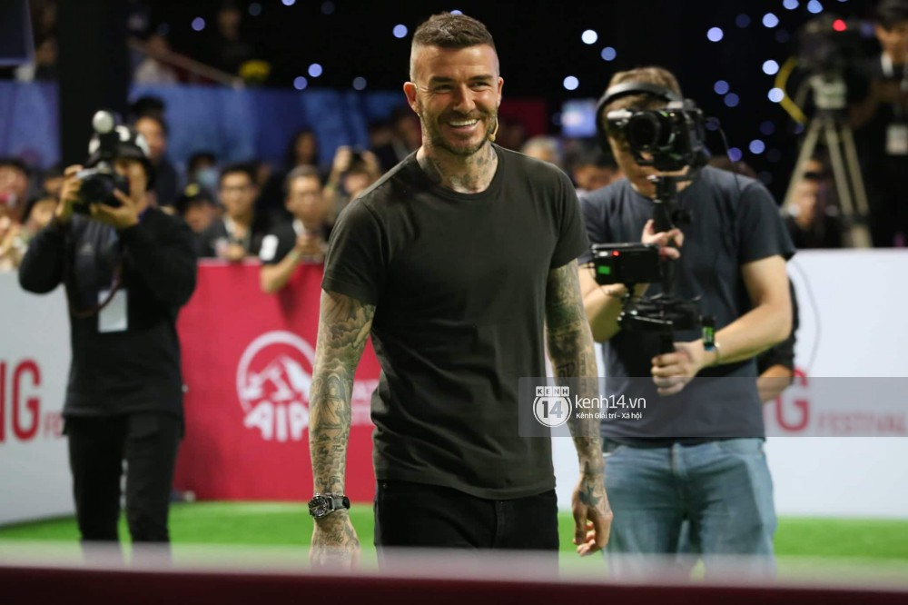 Cập nhật sự kiện có mặt David Beckham tại Việt Nam: Danh thủ nước Anh học làm gỏi cuốn, thân thiện giao lưu với hàng trăm khán giả - Ảnh 9.