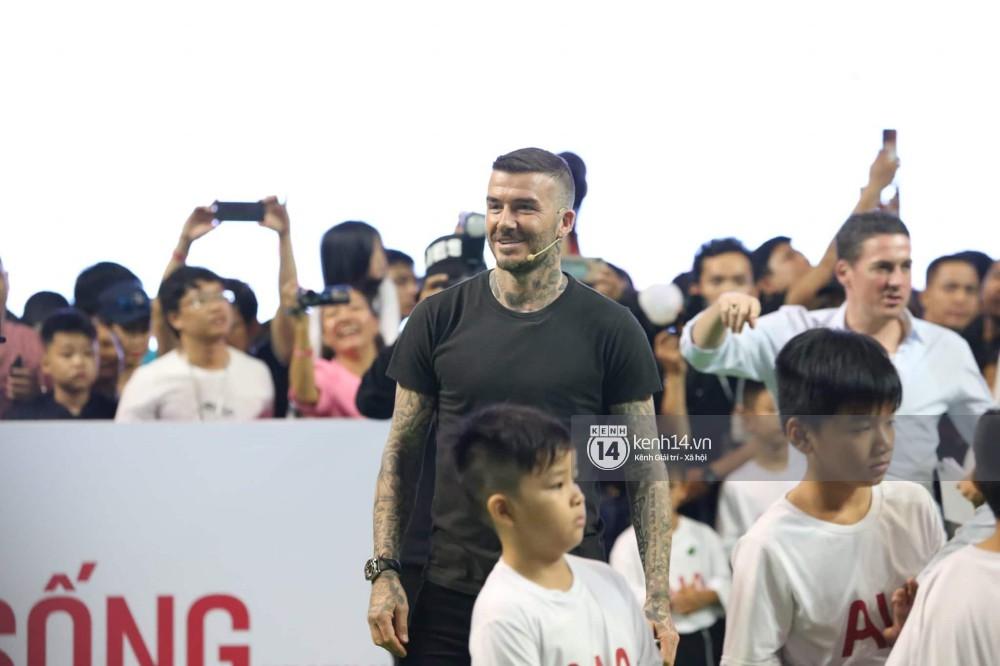 Cập nhật sự kiện có mặt David Beckham tại Việt Nam: Danh thủ nước Anh học làm gỏi cuốn, thân thiện giao lưu với hàng trăm khán giả - Ảnh 10.