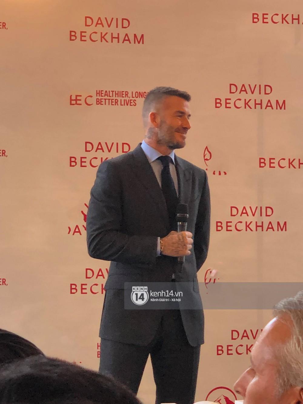 Clip độc quyền: David Beckham được bảo vệ nghiêm ngặt, diện vest lịch lãm tại họp báo ở Việt Nam - Ảnh 2.