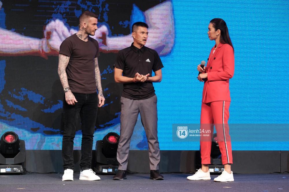 Cập nhật sự kiện có mặt David Beckham tại Việt Nam: Danh thủ nước Anh học làm gỏi cuốn, thân thiện giao lưu với hàng trăm khán giả - Ảnh 4.