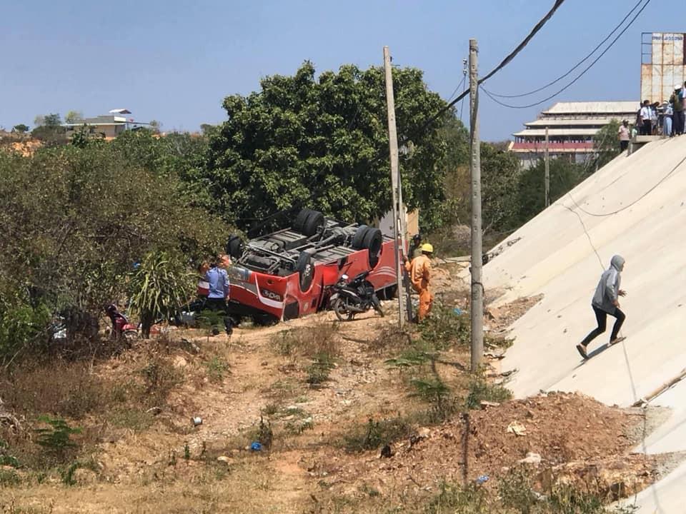 Xe khách rơi xuống vực ở Bình Thuận, nhiều hành khách ngoại quốc nhập viện cấp cứu - Ảnh 2.
