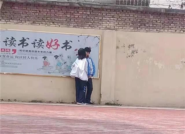 Cặp đôi học sinh rủ nhau trốn tiết ra sân trường hẹn hò và cái kết đắng nghét khi bị thầy giáo túm cổ - Ảnh 1.