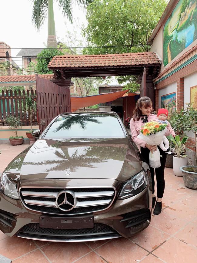 Chân dung mẹ bỉm chẳng phải chân dài hay hot girl vẫn được chồng yêu chiều, tặng quà 8/3 là chiếc Mercedes 2,5 tỷ - Ảnh 1.