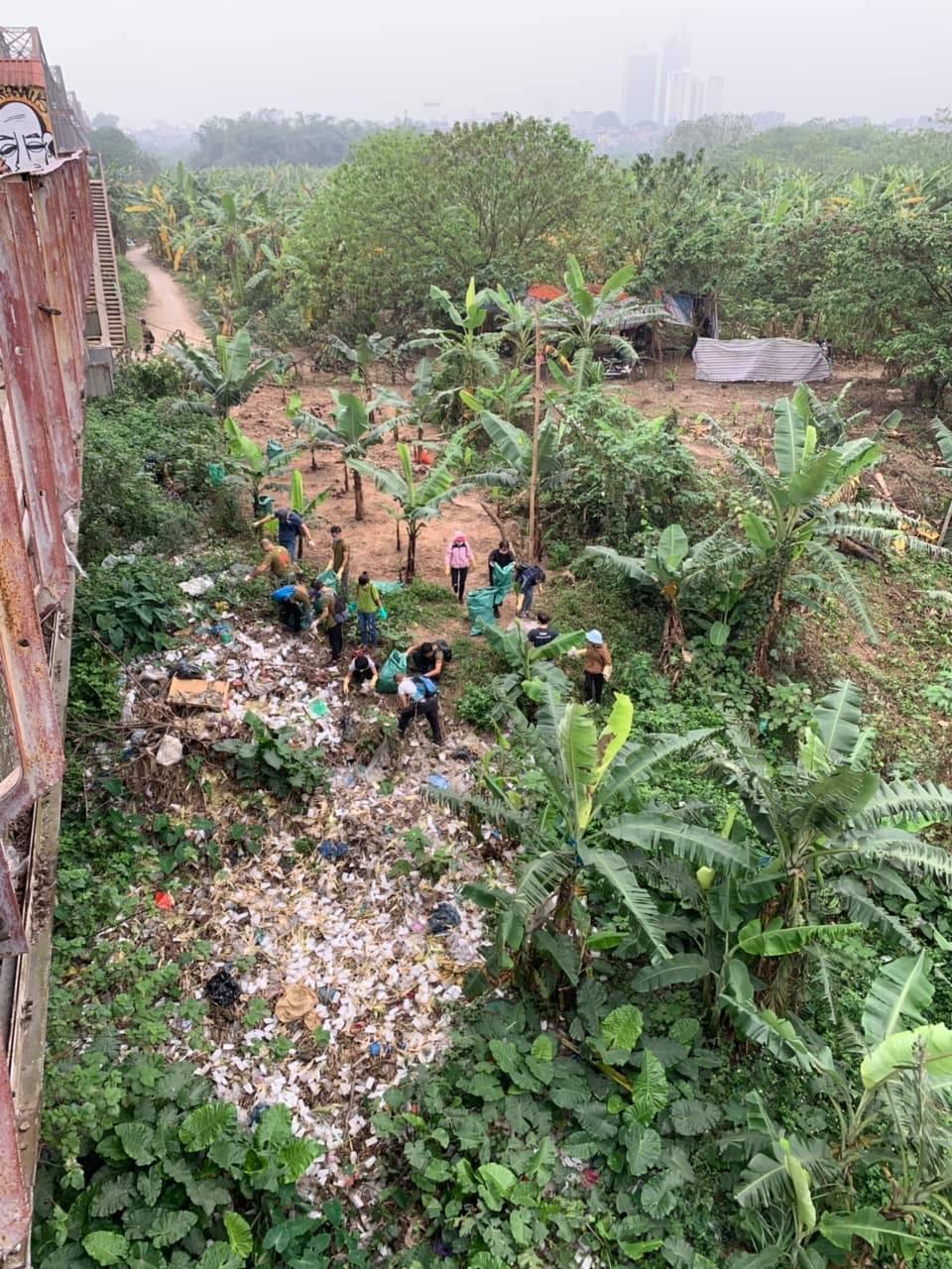 Thử thách dọn rác phiên bản lôi kéo đông vui nhất: 100 người nhặt cả tấn rác ở bãi sông Hồng, xử lý 90% rác khổng lồ ở Sơn Trà - Ảnh 2.