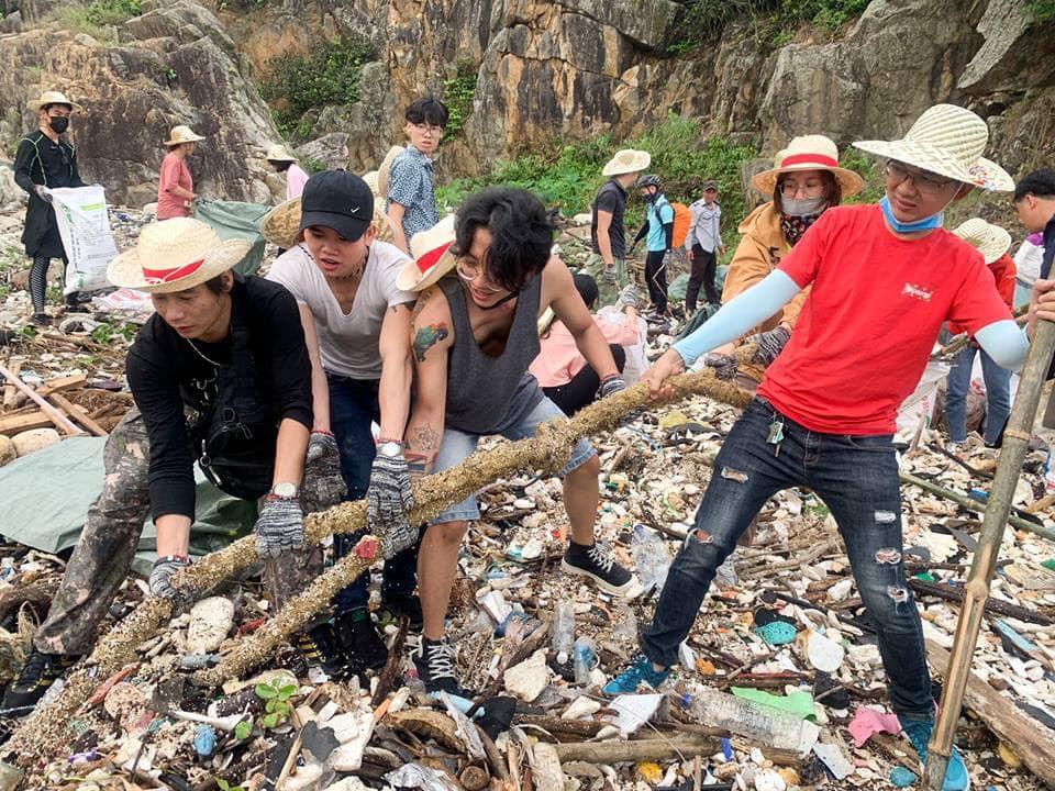 Thử thách dọn rác phiên bản lôi kéo đông vui nhất: 100 người nhặt cả tấn rác ở bãi sông Hồng, xử lý 90% rác khổng lồ ở Sơn Trà - Ảnh 8.