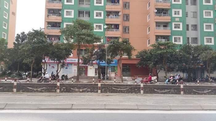 Hà Nội: Ở nhà 1 mình, bé trai 3 tuổi trèo qua ô thoáng nhà vệ sinh chung cư ngã xuống đất tử vong - Ảnh 1.