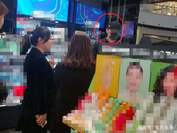 Lộ ảnh Lý Thần đi mua sắm cùng phụ nữ lạ lúc tối muộn, nghi ngờ đã chia tay Phạm Băng Băng - Ảnh 2.
