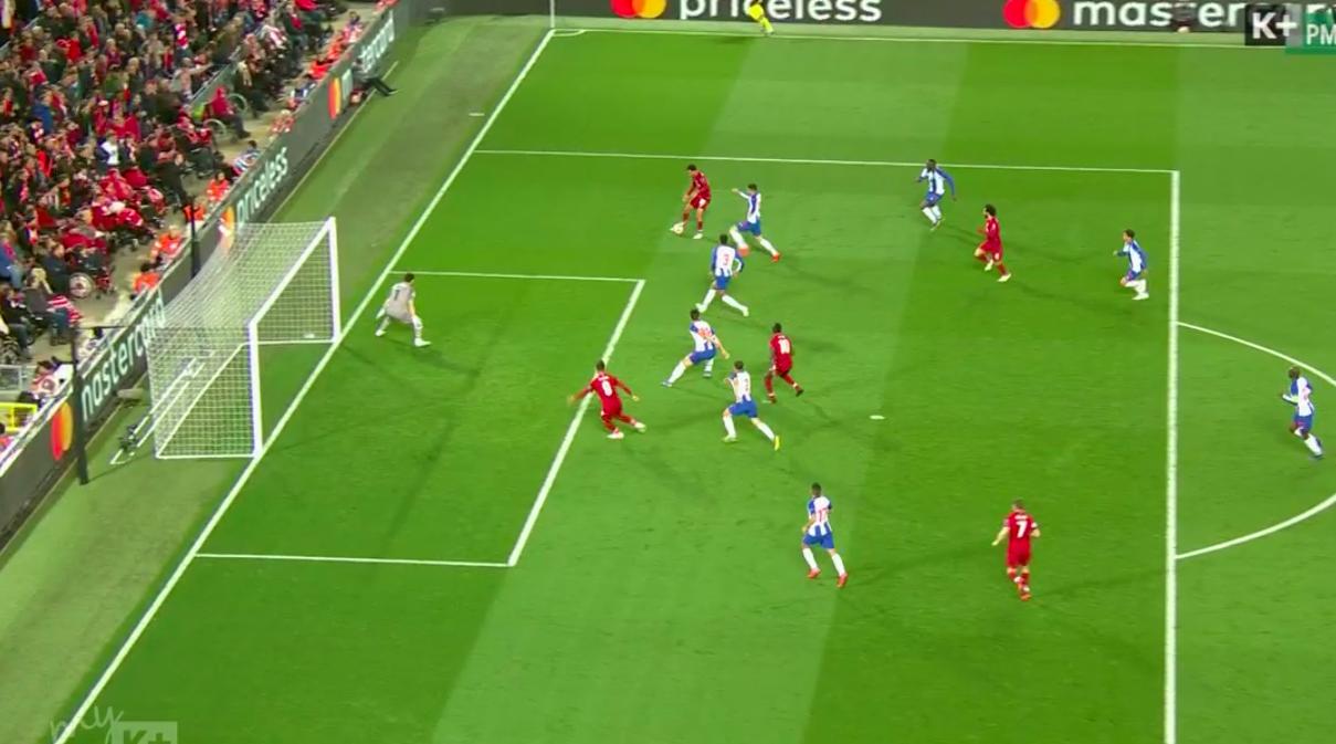 VAR: Ngôi sao bất đắc dĩ ở loạt trận mở màn tứ kết Champions League, tỏa sáng theo cách không ai muốn - Ảnh 3.