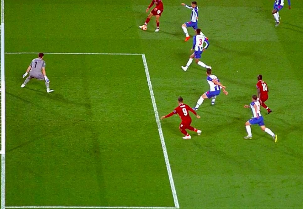 VAR: Ngôi sao bất đắc dĩ ở loạt trận mở màn tứ kết Champions League, tỏa sáng theo cách không ai muốn - Ảnh 4.