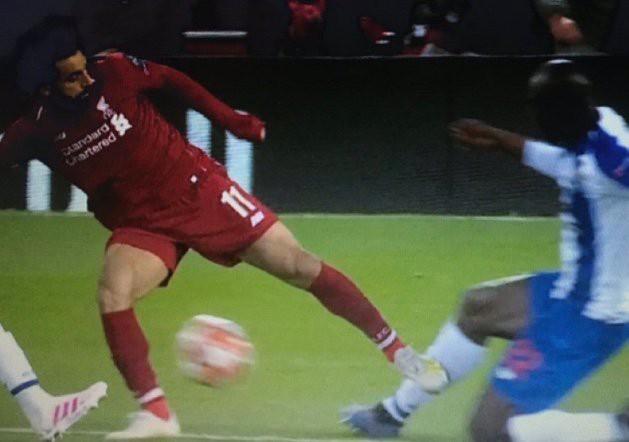 VAR: Ngôi sao bất đắc dĩ ở loạt trận mở màn tứ kết Champions League, tỏa sáng theo cách không ai muốn - Ảnh 1.