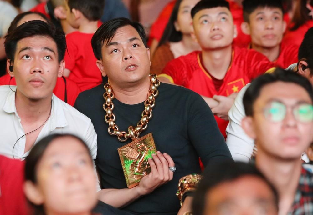 Chân dung Phúc XO: Từ đại gia thuê vệ sĩ cầm vàng đến chủ quán karaoke 60 tỷ bị tạm giữ vì dính líu ma túy - Ảnh 2.
