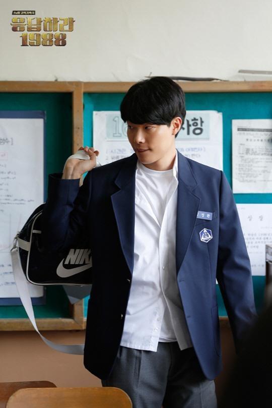 Mắt tròn mắt dẹt dàn sao Hàn hơn 30 tuổi đình đám mặc đồng phục học sinh: Toàn thánh hack tuổi, số 1 và 5 bất ngờ - Ảnh 1.