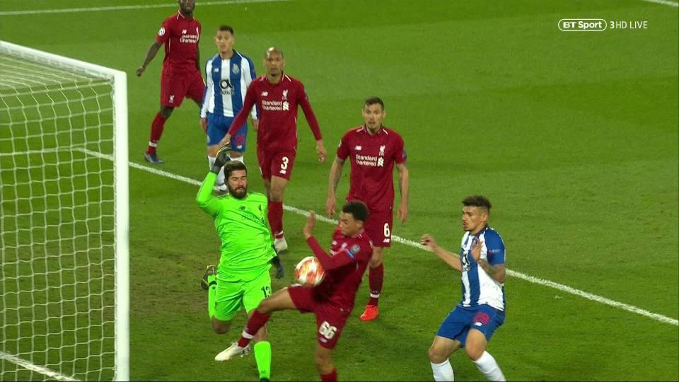 VAR: Ngôi sao bất đắc dĩ ở loạt trận mở màn tứ kết Champions League, tỏa sáng theo cách không ai muốn - Ảnh 2.