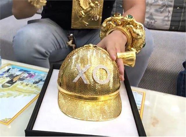 Số vàng Phúc XO đeo trên người đáng giá bao nhiêu tiền? - Ảnh 1.