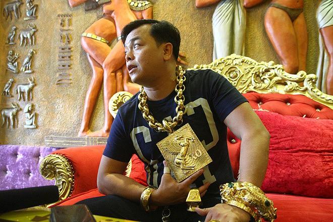 Chân dung Phúc XO: Từ đại gia thuê vệ sĩ cầm vàng đến chủ quán karaoke 60 tỷ bị tạm giữ vì dính líu ma túy - Ảnh 11.