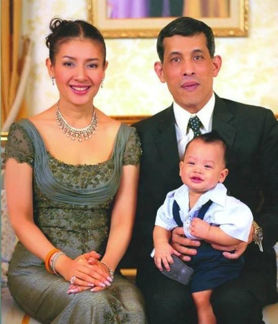Góc khuất cung điện hoàng gia: Sự thật nghẹn ngào đằng sau bức hình Hoàng tử nhỏ Thái Lan quỳ lạy mẹ trên manh chiếu nhỏ được lan truyền trên mạng xã hội - Ảnh 1.