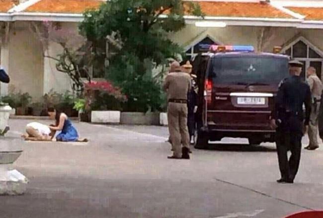 Góc khuất cung điện hoàng gia: Sự thật nghẹn ngào đằng sau bức hình Hoàng tử nhỏ Thái Lan quỳ lạy mẹ trên manh chiếu nhỏ được lan truyền trên mạng xã hội - Ảnh 2.