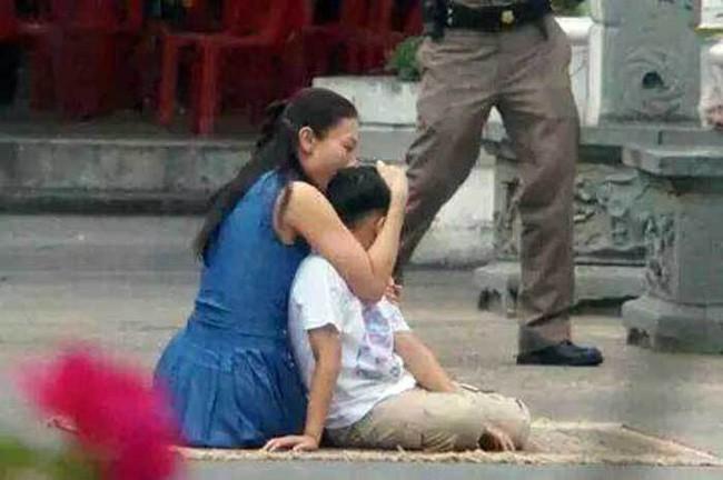 Góc khuất cung điện hoàng gia: Sự thật nghẹn ngào đằng sau bức hình Hoàng tử nhỏ Thái Lan quỳ lạy mẹ trên manh chiếu nhỏ được lan truyền trên mạng xã hội - Ảnh 3.