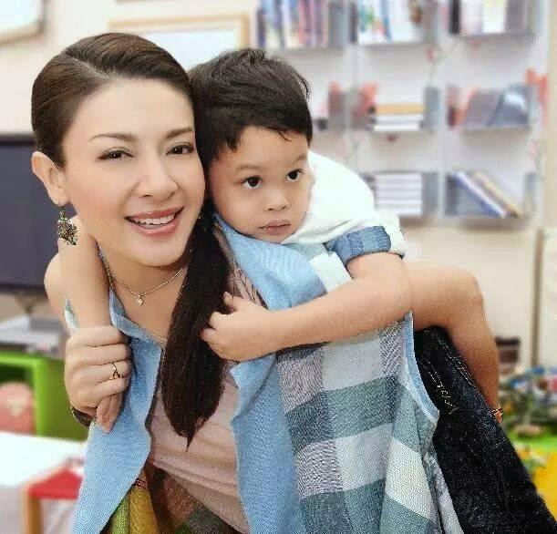 Góc khuất cung điện hoàng gia: Sự thật nghẹn ngào đằng sau bức hình Hoàng tử nhỏ Thái Lan quỳ lạy mẹ trên manh chiếu nhỏ được lan truyền trên mạng xã hội - Ảnh 5.