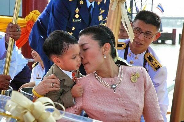 Góc khuất cung điện hoàng gia: Sự thật nghẹn ngào đằng sau bức hình Hoàng tử nhỏ Thái Lan quỳ lạy mẹ trên manh chiếu nhỏ được lan truyền trên mạng xã hội - Ảnh 6.