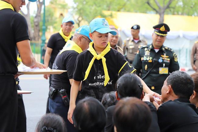 Góc khuất cung điện hoàng gia: Sự thật nghẹn ngào đằng sau bức hình Hoàng tử nhỏ Thái Lan quỳ lạy mẹ trên manh chiếu nhỏ được lan truyền trên mạng xã hội - Ảnh 8.