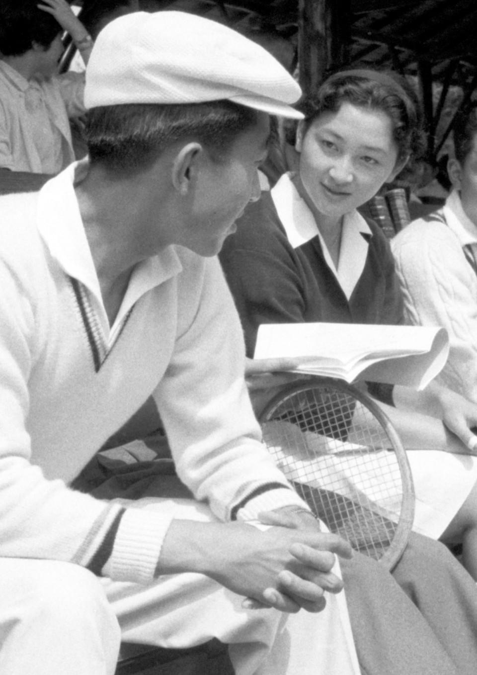 Chuyện tình lãng mạn 60 năm của Vua và Hoàng hậu Nhật Bản: Dù bao năm đi nữa vẫn vui vẻ chơi tennis cùng nhau - Ảnh 2.